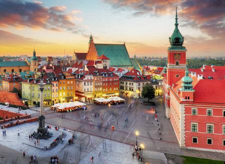 Noche panorama de la ciudad vieja de Varsovia, Polonia