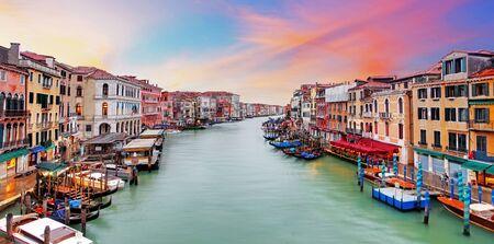luna de miel: góndolas de Venecia Gran Canal, hoteles y restaurantes en la puesta del sol del puente de Rialto