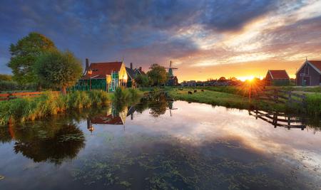 ドラマチックな日没、ザーンダム、アムステルダム、オランダの風車とオランダの風景 写真素材