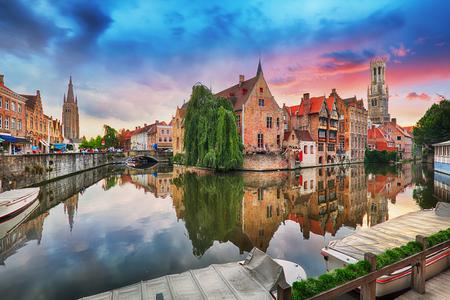 Brugge bij dramatische zonsondergang, België Stockfoto