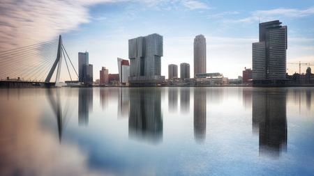 Rotterdam Skyline met Erasmusbrug, Nederland. Stockfoto