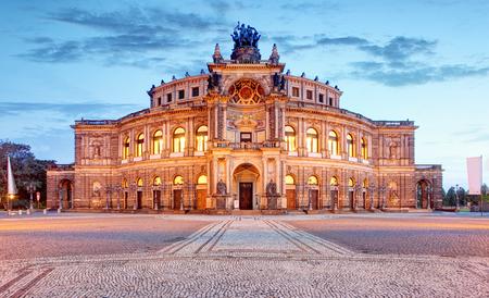 Semperoper-Operngebäude nachts in Dresden Standard-Bild - 89402313