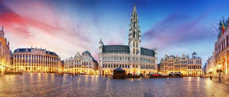 夜、ベルギーのブリュッセルのグラン ・ プラス 写真素材 - 91066271