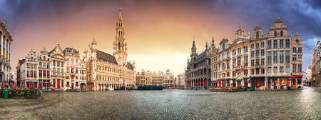 ブリュッセル - 日の出、ベルギーのグランドプレイスのパノラマ 写真素材 - 93965013
