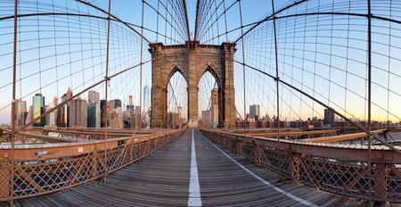View of Brooklyn Bridge and Manhattan skyline 스톡 콘텐츠
