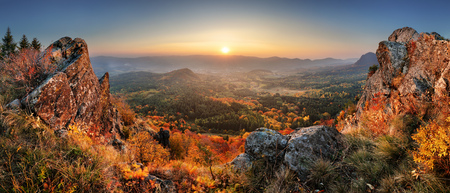 Mountain autumn landscape with colorful forest Imagens