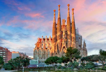 BARCELONA, ESPAÑA - 10 DE FEBRERO DE 2016: Basílica de la Sagrada Familia en Barcelona. La obra maestra de Antoni Gaudi se convirtió en Patrimonio de la Humanidad por la UNESCO en 1984.