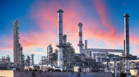Pipeline et support de pipe d'usine industrielle de pétrole avec le ciel de coucher du soleil Banque d'images
