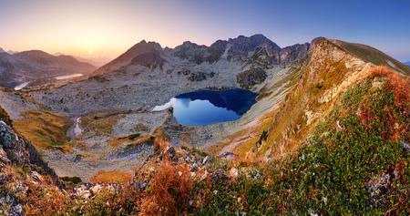 Panorama der Berglandschaft im Sommer in der Tatra bei Sonnenuntergang in der Slowakei Standard-Bild