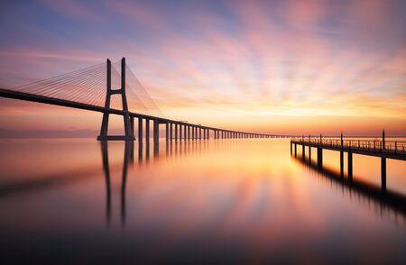 Most w Lizbonie - Vasco da Gama o wschodzie słońca, Portugalia
