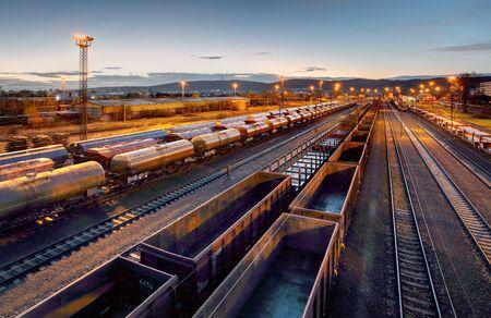 Piattaforma del treno merci al tramonto con il contenitore Archivio Fotografico