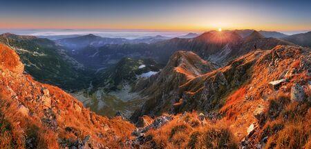 Panoramiche Bellissime montagne dei Carpazi in autunno Archivio Fotografico