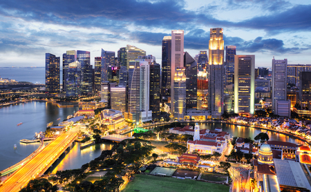 Panoramabild der Skyline von Singapur bei Nacht. Editorial