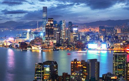 Skyline von Hongkong bei Nacht vom Braemar Hill Peak - Kowloon-Seite