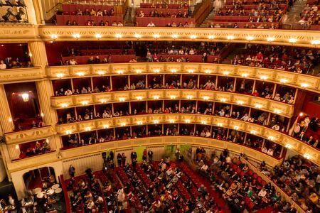 Wiedeń, Austria - październik 2019: Wnętrze sali koncertowej Wiedeńskiej Opery Państwowej z gośćmi. Schody Wiener Staatsoper, okrągłe siedzenia z widzami Publikacyjne