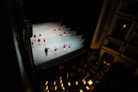 VIENNA, AUSTRIA - OCTOBER 2019: Interior of Vienna State Opera House Performance hall with visitors. Wiener Staatsoper stairs, ballet dancers and orchestra Редакционное