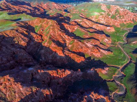 Scenic Aerial view of Green Valley in red sandstone rocks of Fairy Chimneys in Narman Valley. Erzurum, Turkey 版權商用圖片