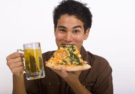 Młody człowiek cieszy Asian American szklance piwa i plasterka pizza Zdjęcie Seryjne