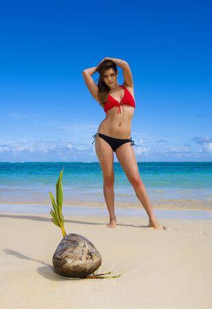 Une belle jeune femme en bikini dans une plage tropicale à Hawaii