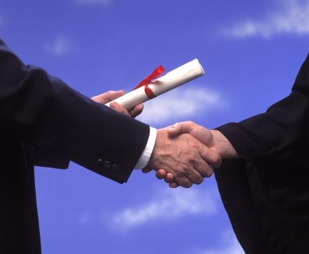 Dyplom przedstawiony handshake i gratulacje Zdjęcie Seryjne