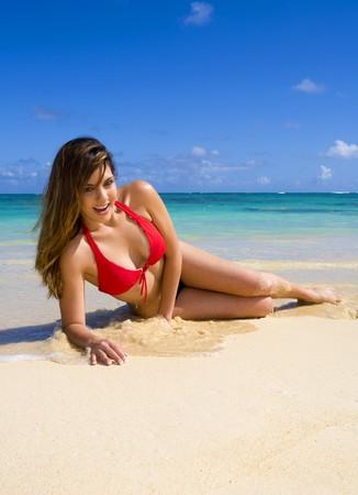 Piękna młoda kobieta w bikini na tropikalnej plaży na Hawajach