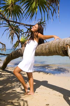ヤシの木でハワイの美しい若いポリネシア女の子