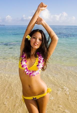 ハワイのビーチで笑顔黄色ビキニでポリネシアの美女
