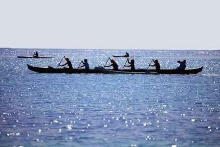 piragua: Silueta de la mujer remando una canoa Outrigger Foto de archivo
