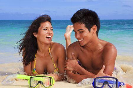 busty: Een eiland paar op het strand in Hawaï Stockfoto