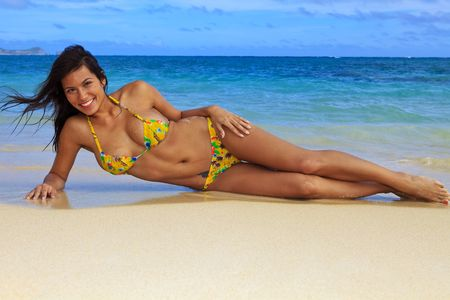 tetona: hermosa chica en un bikini amarillo en la playa de Hawai Foto de archivo