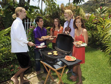 Przyjaciele w przydomowy pasek b-que na Hawajach