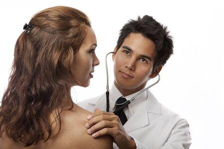 joven m�dico asi�tica escuchar los latidos del coraz�n de un paciente femenino con su estetoscopio Foto de archivo - 6853851