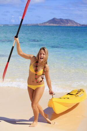kayak: vrij tiener meisje met haar kajak