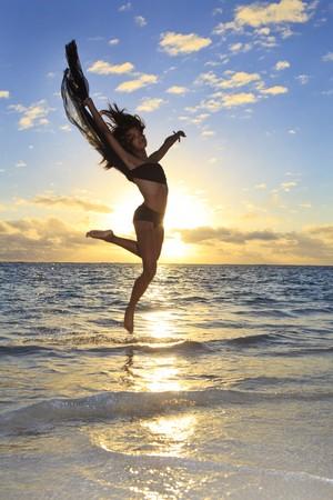 piÄ™kne czarny tancerkÄ… leaping w powietrzu  Zdjęcie Seryjne