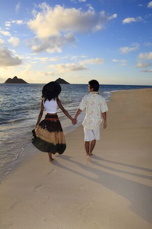 couple mixte: couple mixte descendre une plage tropicale