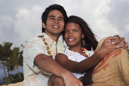 couple mixte: Portrait d'un jeune couple mixte � une plage � Hawa� Banque d'images