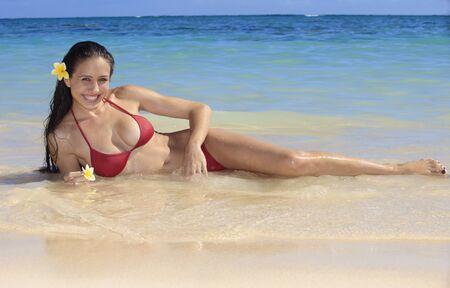 maories: joven y bella mujer en la playa de hawaii
