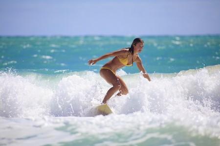 chica surf: adolescente en bikini surf en Hawai