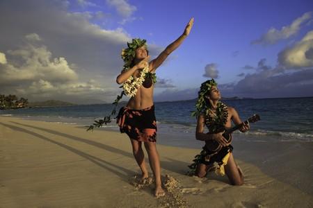 hawaiana: pareja de baile hula en la playa al amanecer