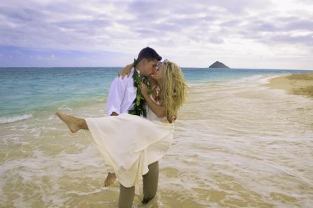 nowo pobrali para na plaży w Hawaii Zdjęcie Seryjne