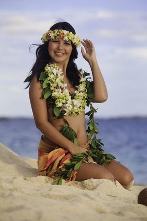 hawaiana: bailarín de Hula sentado en la playa