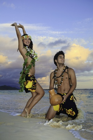 polynesisch: Couple dancing Hula durch den Ozean in hawaii