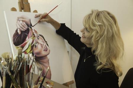 kunstenaar in haar jaren vijftig schilderen een portret