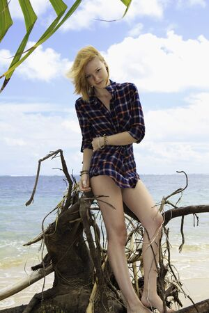 海辺の美しい若い赤毛 写真素材