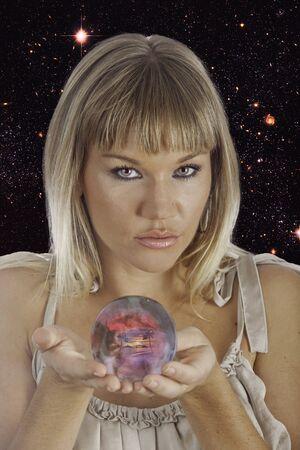 psiquico: adivino que sostiene una bola de cristal Foto de archivo