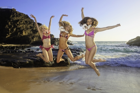 tres chicas en bikini en una playa de Hawaii