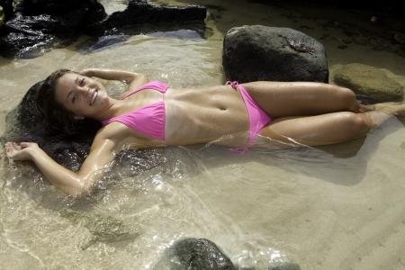 하와이에서 파도 풀에서 비키니 입은 여자 스톡 콘텐츠