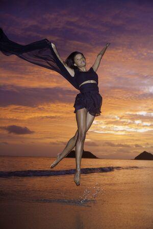 fille noire: belle danse fille noire sur la plage au lever du soleil