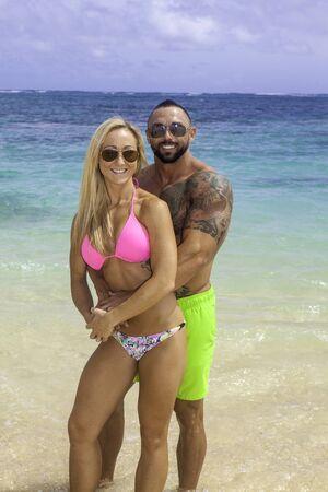 musculoso: en forma pareja en la playa en Hawaii