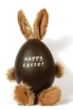oeufs en chocolat: Le lapin de P�ques avec des oeufs avec l'inscription Joyeuses P�ques